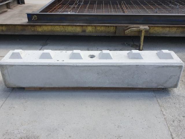 Betonblok tzw. klocki z betonu o wymiarach 30x30x180