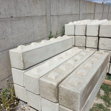 Betonbloki o wymiarach 30x30x180
