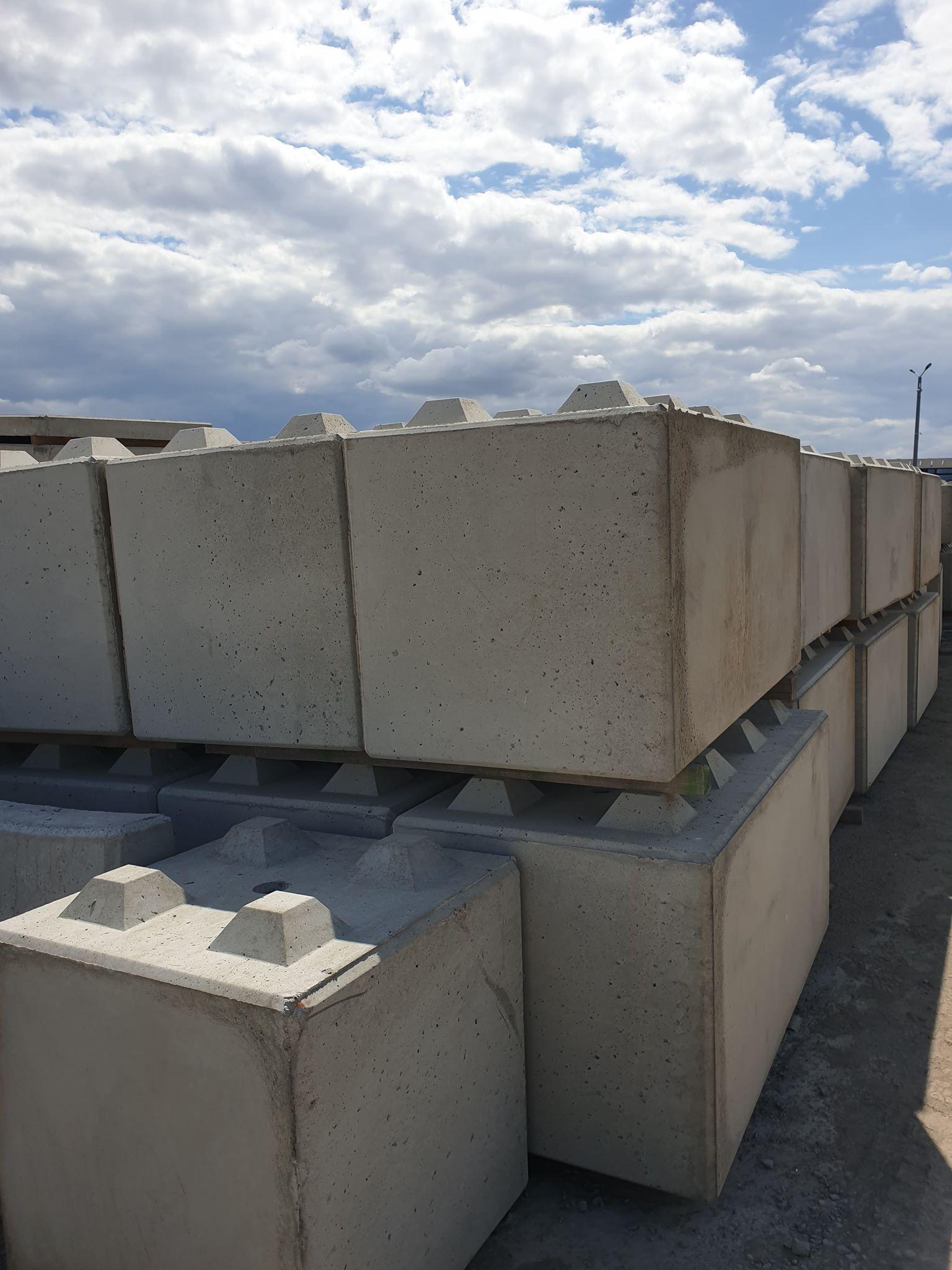 Klocki z betonu na placu
