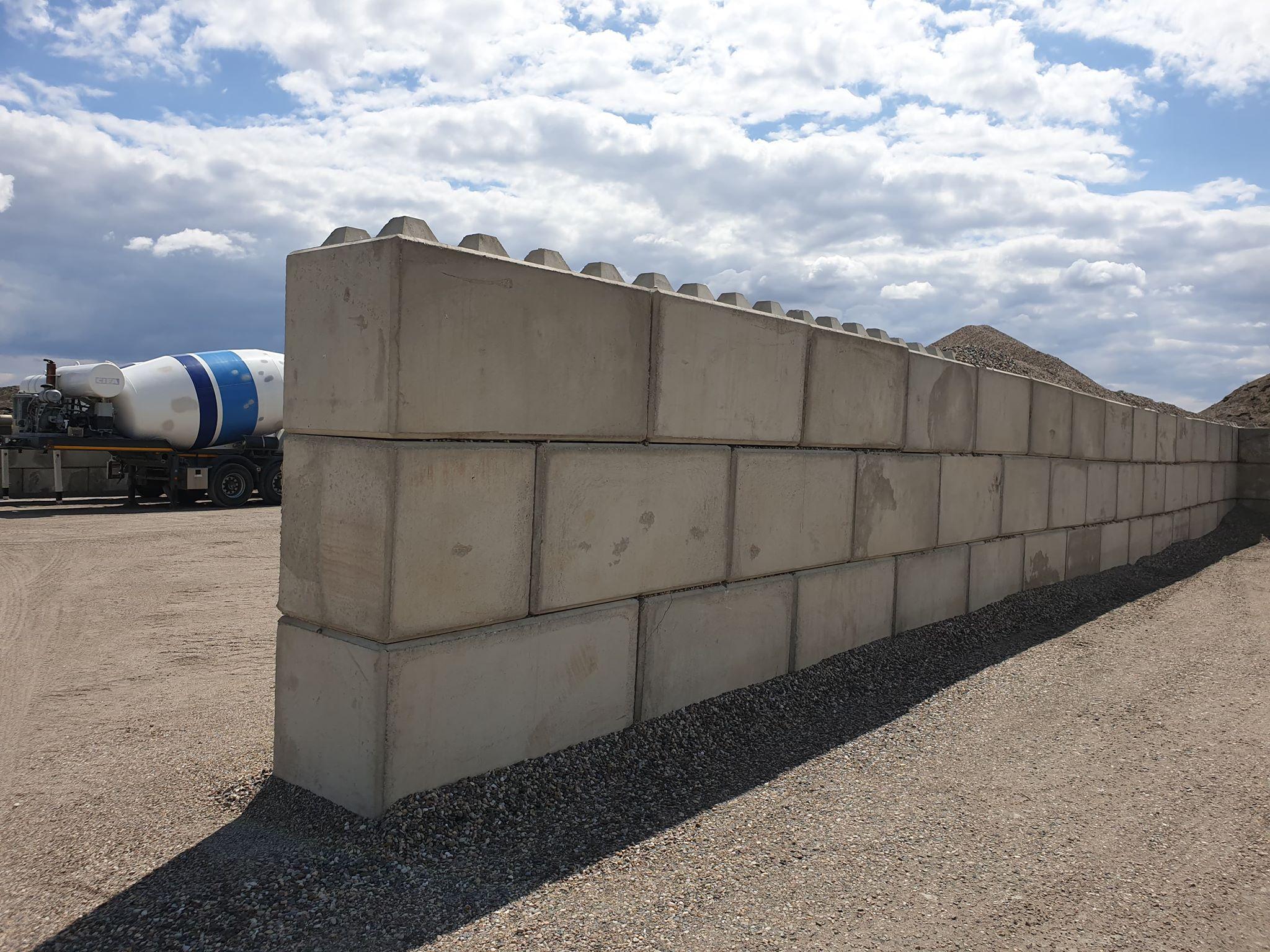 Sciana z betonbloków 80x80x160 i 80x80x80