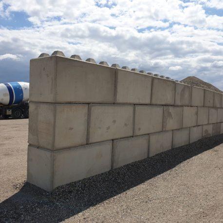 Sciana z betonbloków o wymiarach 80x80x80 i 80x80x160
