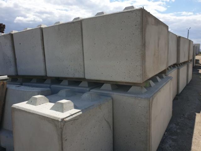 Betonbloki na placu